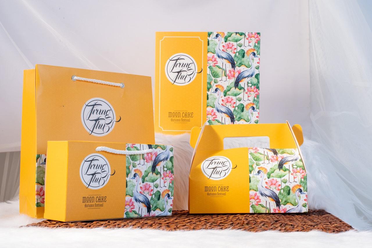 ẫu hộp bánh trung thu có sẵn với màu vàng chủ đạo đẹp mắt, hợp với xu hướng 2021.